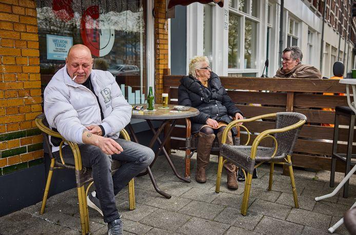 Jan van Driel toont zijn Ajax-tatoeage bij café Nieuw Feyenoord. ,,Dat het niet goed gaat met Feyenoord, is zonde voor zo'n grote club.''