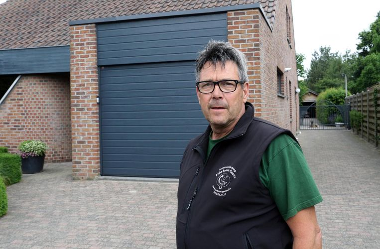 Luc Geerts, de man van het slachtoffer, voor hun huis in de Prijstraat.