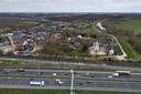 De kom van het dorp Waardenburg zit ingeklemd tussen de spoorlijn Utrecht-Den Bosch en de A2 Utrecht-Den Bosch.