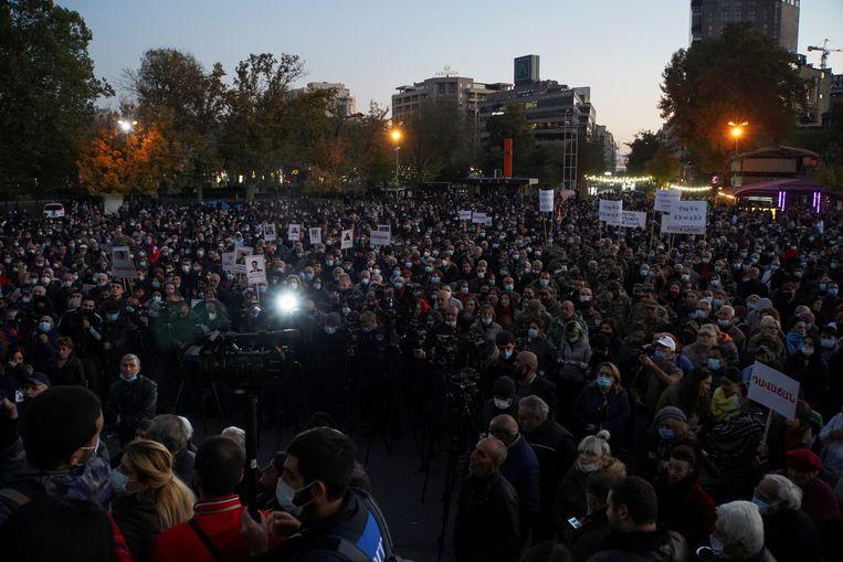 Demonstranten in Yerevan eisten deze week het aftreden van Pasjinian. Beeld REUTERS