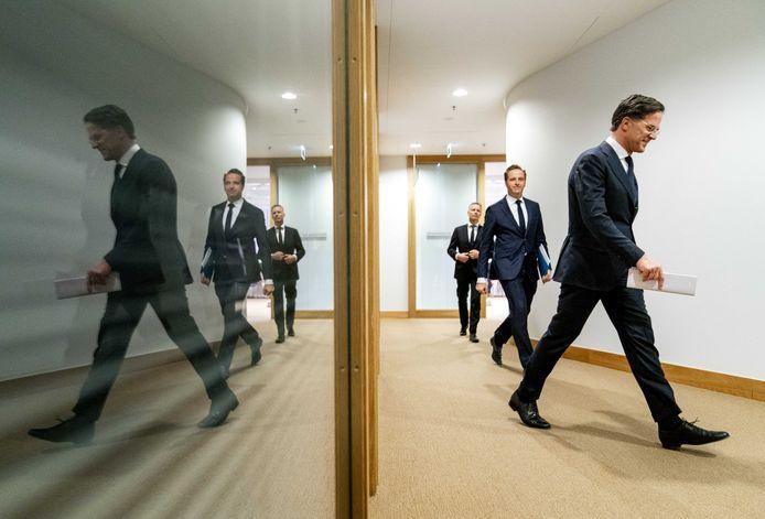 Demissionair premier Mark Rutte en demissionair minister Hugo de Jonge (Volksgezondheid, Welzijn en Sport) na afloop van een persconferentie over de coronamaatregelen in Nederland.
