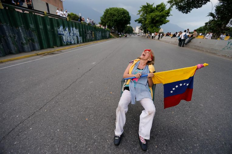 A woman sits on a highway ramp as anti-government protesters stage sit-ins to disrupt traffic throughout Caracas, Venezuela, Monday, April 24, 2017. Thousands of demonstrators shut down the capital city's main highway to express their disgust with the socialist administration of President Nicolas Maduro. Protesters in at least a dozen other cities also staged sit-ins as the protest movement is entering its fourth week. (AP Photo/Ariana Cubillos) Beeld afp