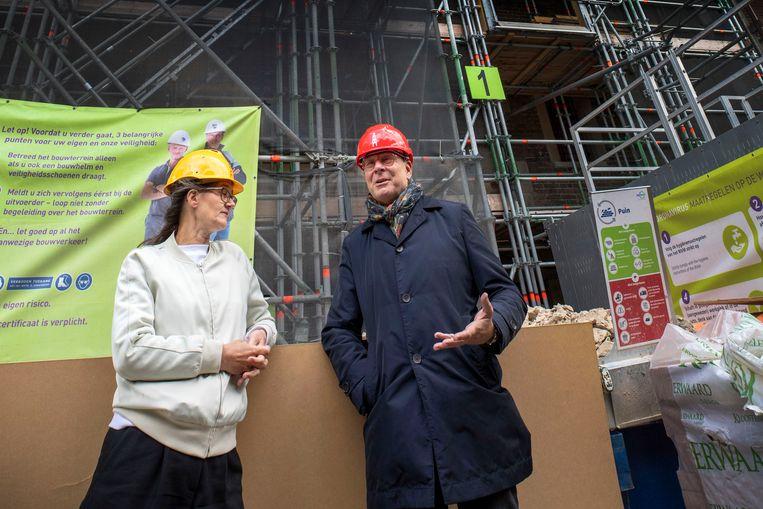Margot Kat van de gemeente Utrecht en Olav Rosenberg, voorzitter van stichting Utrechts eigenDom.  Beeld Werry Crone