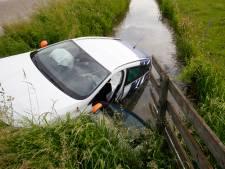 Auto raakt te water bij aanrijding in Sliedrecht