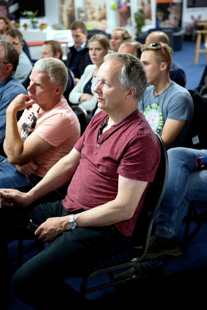 Johnny Hogenkamp luistert met collega-varkenshouders naar tips om activisten van het erf te weren.