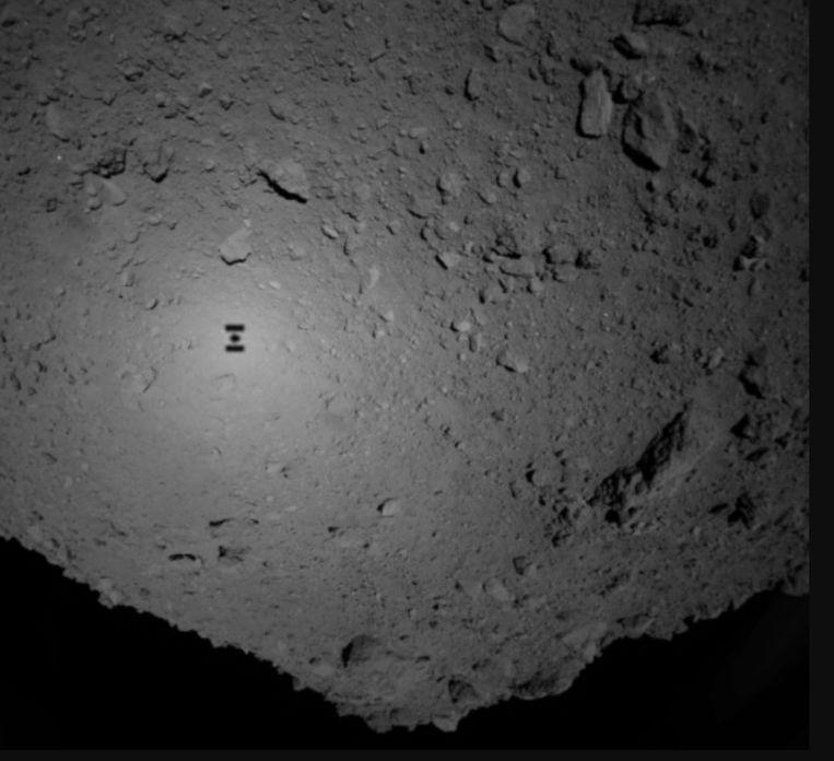 Planetoïde Ryugu met de schaduw van het ruimteschip Hayabusa 2. Beeld AP