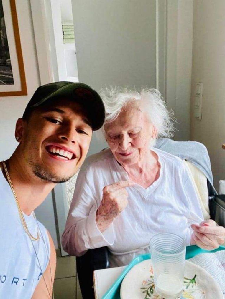 Sammy Baker met zijn oma, vier dagen voordat hij in Amsterdam wordt doodgeschoten door de politie. Beeld Familiefoto