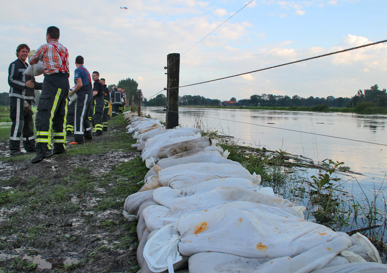 Augustus 2010: Meer dan honderd brandweermensen uit de hele regio proberen bij Neede overstroming van de Schipbeek te voorkomen.
