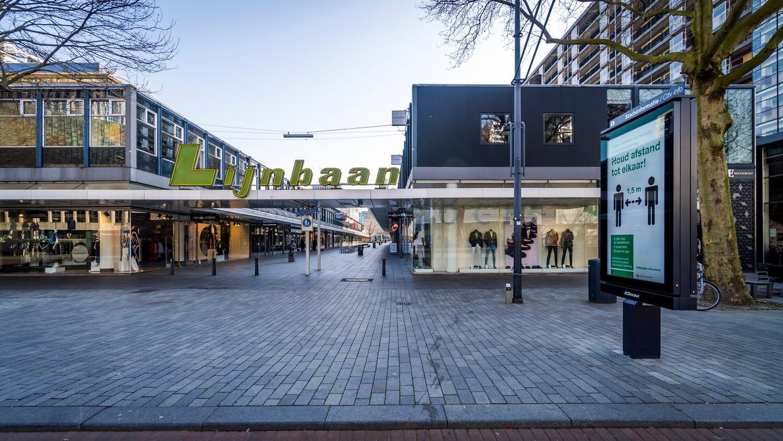 Tijdens de coronacrisis was het stil en verlaten op veel plaatsen in Nederland zoals hier op de Lijnbaan in Rotterdam.
