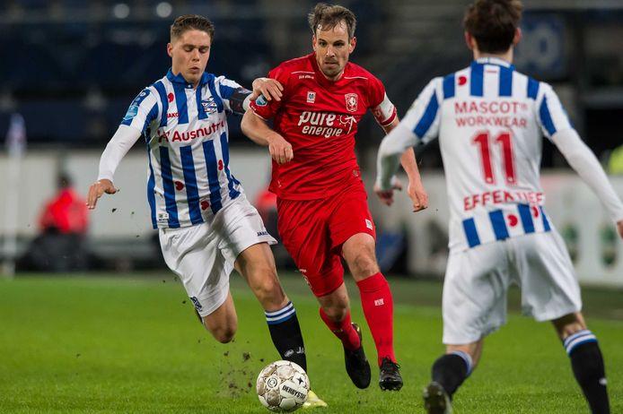 Wout Brama is Joey Veerman van Heerenveen te snel af.