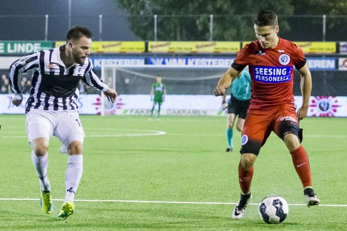 Achilles'29-speler Coen Gortemaker (l) volgt Dean Koolhof (r) van De Graafschap.