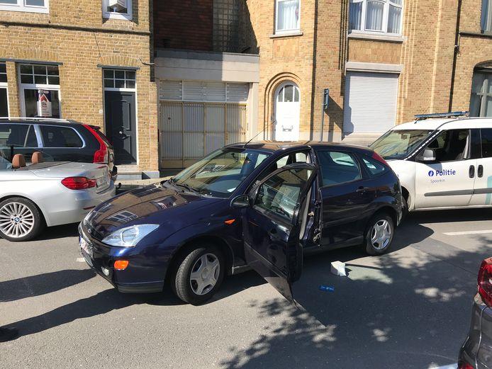 De carjacker reed in zijn vlucht met de Ford Focus achteruit een politievoertuig aan. In totaal raakten 5 wagens beschadigd.