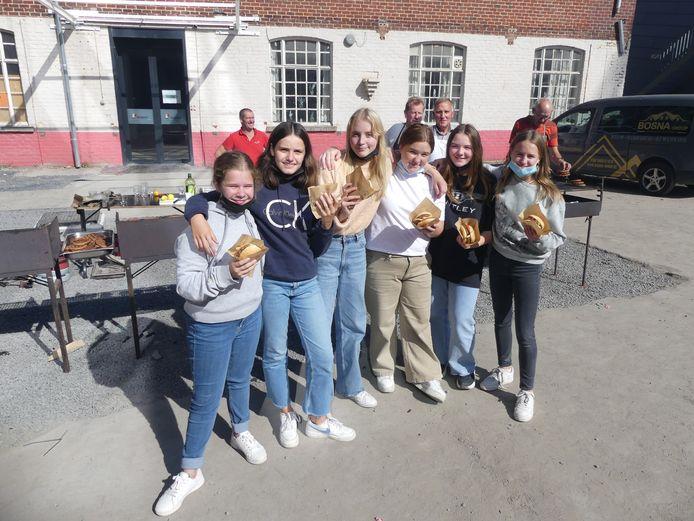 Enkele leerlingen van Leiepoort campus Sint-Theresia met een hamburger.