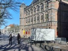 WC-wagen voor de markt ontsierend voor De Brink? Hij blijft nu zelfs permanent staan