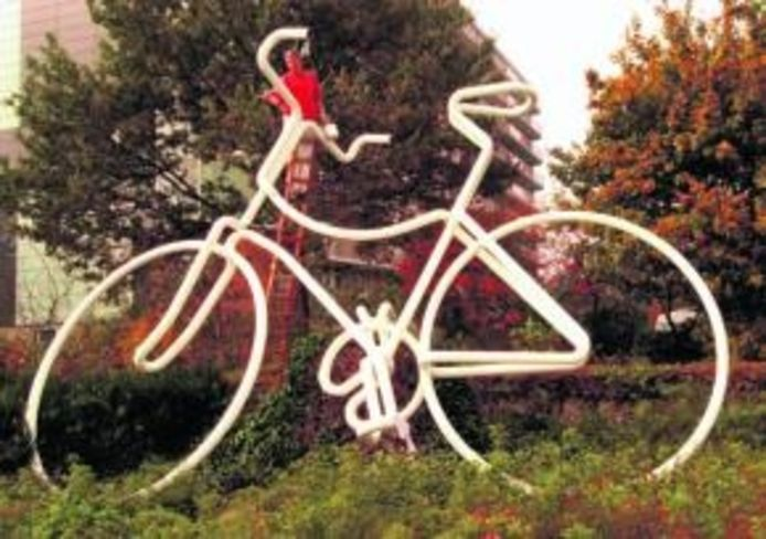 De witte fiets op de kruising van Beneluxweg en Europaweg is een van Hohmanns creaties.