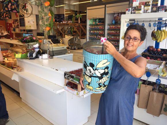 Myriam Hardy, die de laatste buurtwinkel in Riemst uitbaat, beweegt hemel en aarde om de zaak draaiende en leefbaar te houden. Zo kunnen bijvoorbeeld kinderen gratis grabbelen in een ton met speelgoedjes.