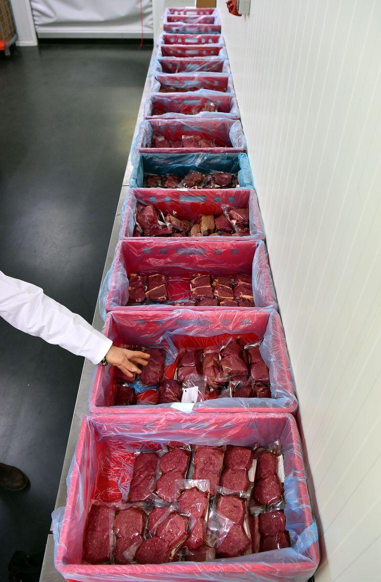 In de rode bakken zitten karbonades, hamlappen, spek en gehakt. Beeld Marcel van den Bergh