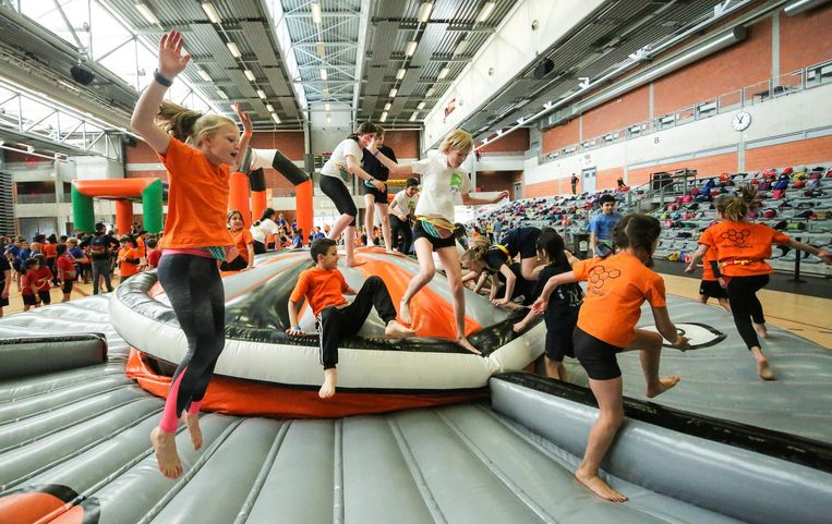 1.400 lagere scholieren leven zich uit tijdens evenement 'katholieke basisscholen springen', met 40 opblaasbare attracties in en rond sportcentrum De Lange Munte.