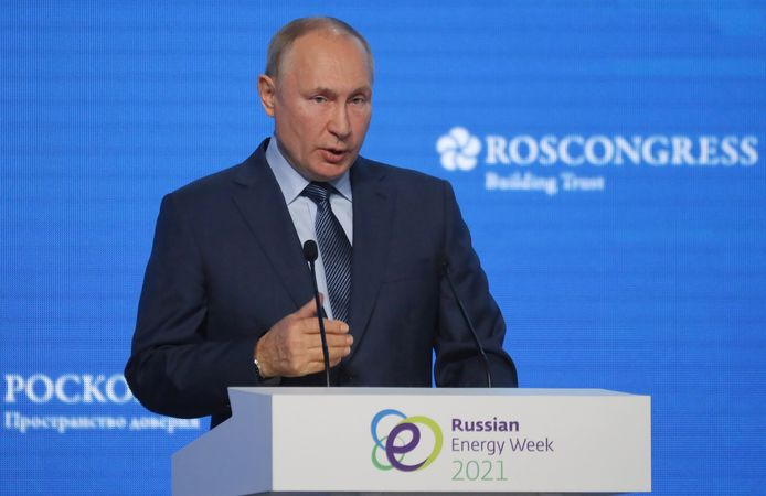 De Russische president Vladimir Poetin geeft een speech tijdens een energieconferentie in Moskou.