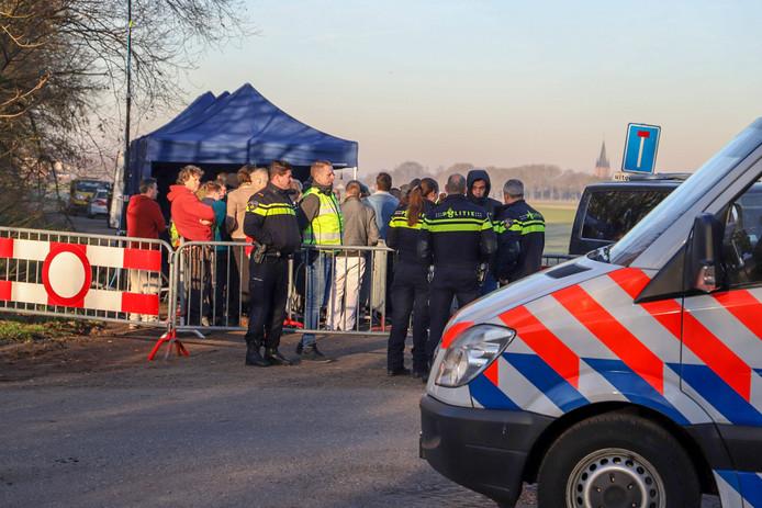 Politie, gemeente Beuningen en de Belastingdienst houden een grote controle onder bewoners van recreatiepark De Groene Heuvels in Ewijk.