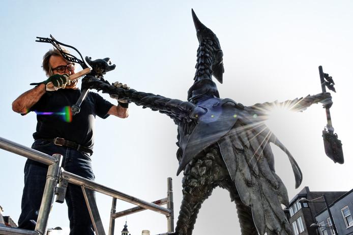 ROOSENDAAL - Pix4Profs/Casper van Aggelen - Kunstenaar Leon Vermunt legt de laatste hand aan het vaantje van de Tullepetaon.