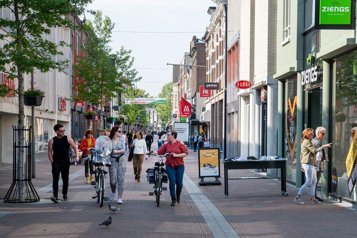 In binnensteden wordt het langzaamaan weer drukker, zoals hier in Apeldoorn.