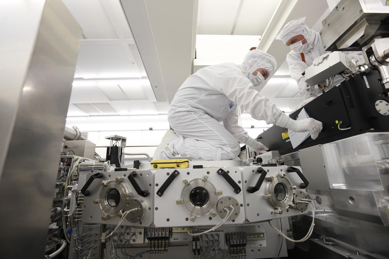 Werknemers van ASML bouwen in de cleanrooms aan een EUV-machine.