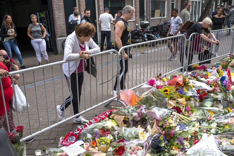 Bloemen, kaarsjes en steunbetuigingen aan Peter R. de Vries in de Lange Leidsedwarsstraat in het centrum van Amsterdam.  Beeld ANP