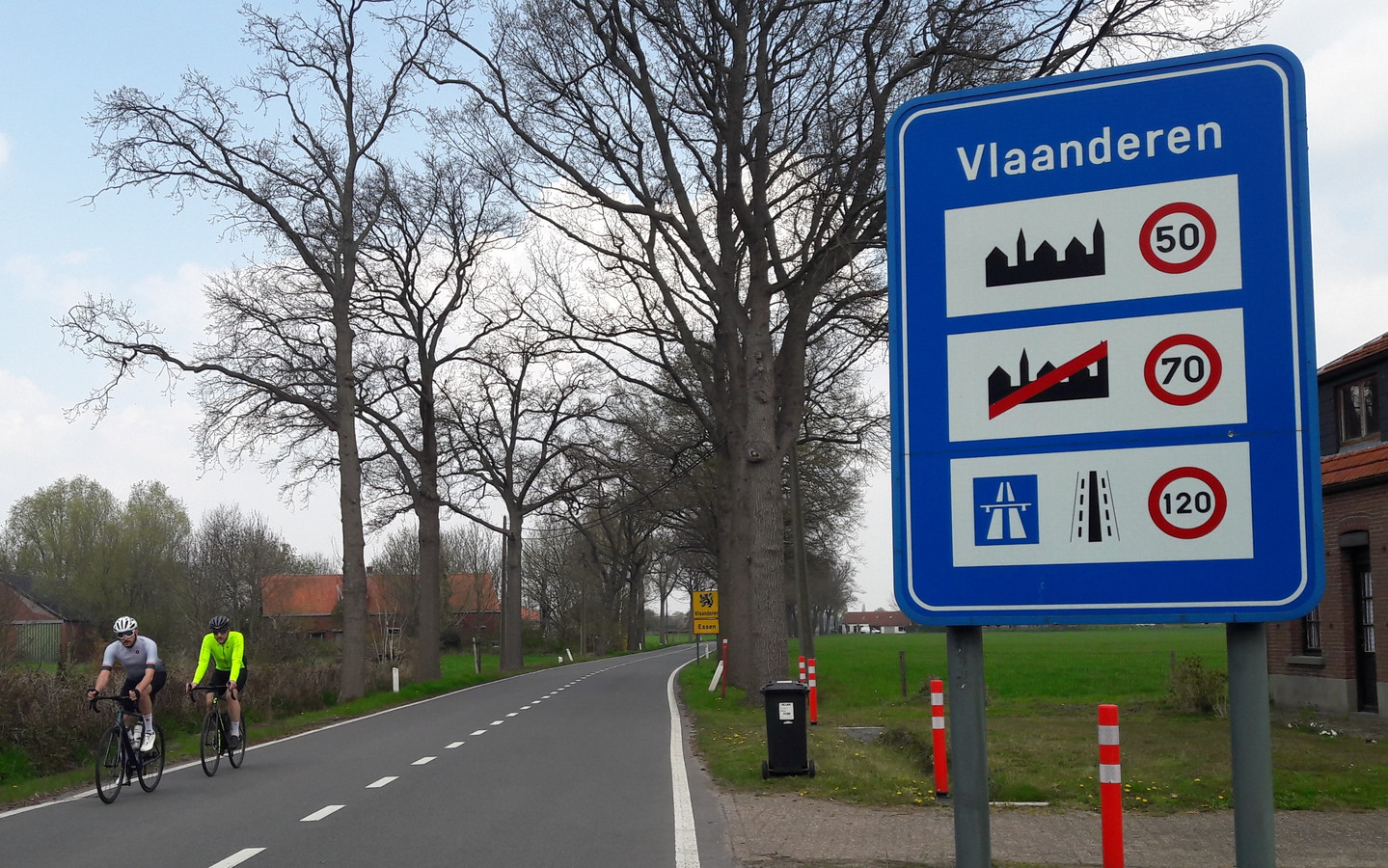 Wie van Huijbergen richting Essen fietst, moet de weg delen met vaak stevig doorrijdende auto's. Pas bij Essen-Hoek zijn er aan weerszijden fietsstroken langs de weg. Het doortrekken van dat fietspad tot aan de Nederlandse grens zit er voorlopig niet in.