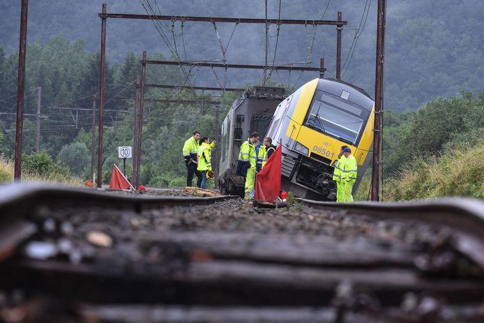 Un train sans voyageurs a déraillé près de Rochefort en raison des dégâts causés sur les voies par les intempéries.
