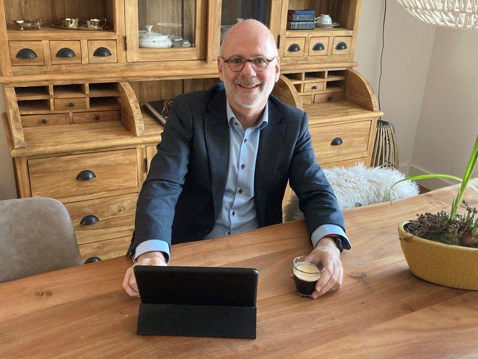 Burgemeester Carol van Eerst zit woensdagavond achter zijn laptop met een kop koffie startklaar voor een digitaal gesprek met inwoners.