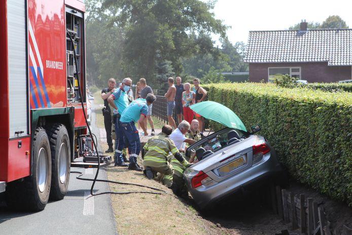 Hulpverlening na het ongeluk met de cabrio op de N310 bij Harskamp.