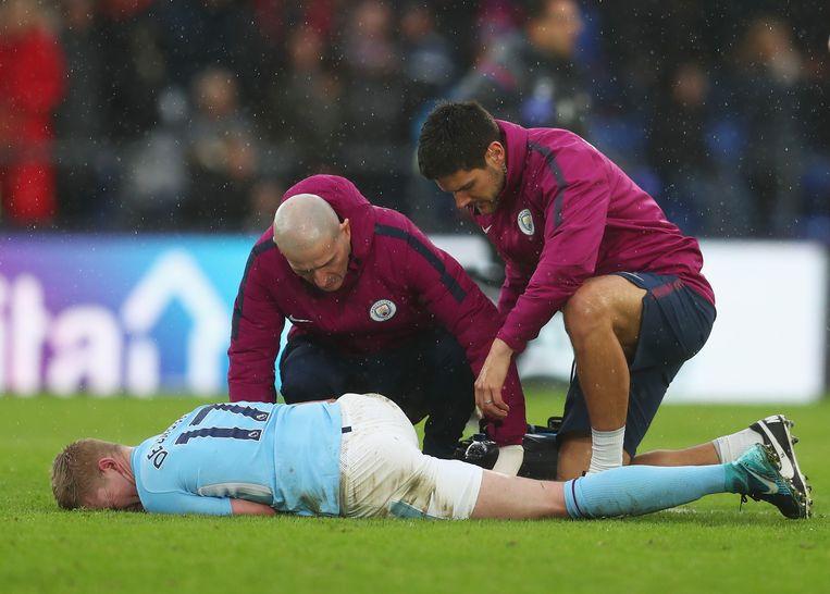 Kevin De Bruyne, kermend van de pijn na een doodschop in de wedstrijd van zondag tegen Crystal Palace. Beeld Getty Images
