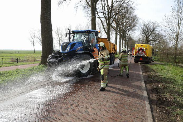 Het oliespoor wordt verwijderd en het wegdek schoongemaakt.