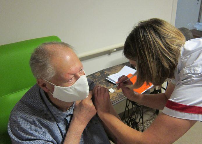 De eerste gevaccineerde bewoner van woonzorgcentrum De Reiger was Ludo Van Neck. Op 2 maart krijgt hij een tweede prik.