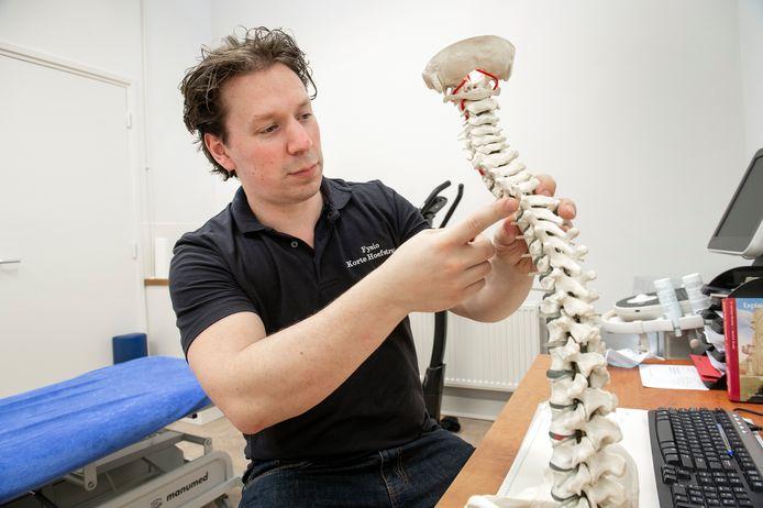 Fysiotherapeut Ivo Lutke Schipholt wijst hij een kwetsbaar plek van de ruggenwervel aan. Het afgelopen jaar zag hij volop thuiswerkers met rugklachten langskomen.