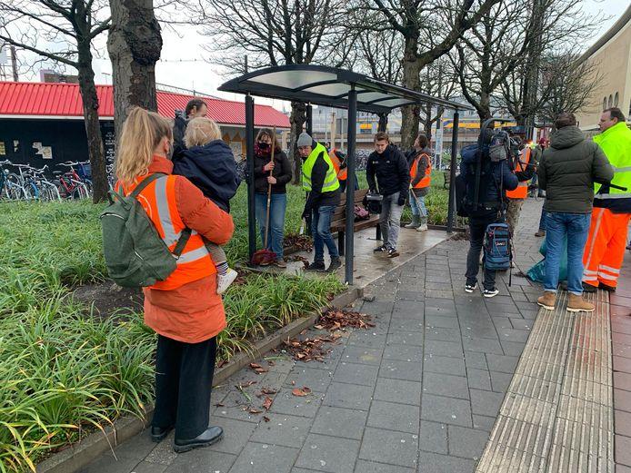 Vrijwilligers uit Tongeren helpen mee met schoonmaken op het Stationsplein in Eindhoven.