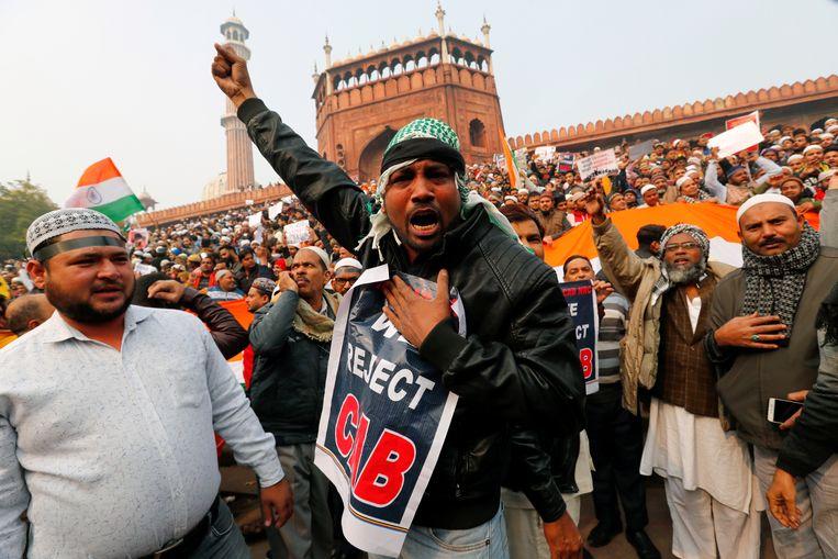 Moslimbetogers protesteren vrijdag bij een moskee in New Delhi tegen de omstreden wet.  Beeld REUTERS