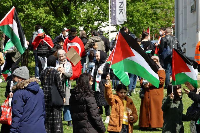 Enkele honderden demonstraten staan in Enschede