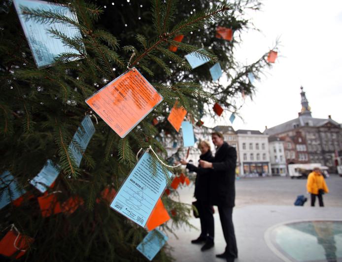 Kerstwensen in de grote kerstboom op de Markt van Den Bosch