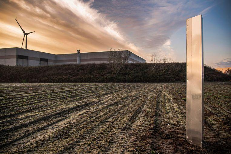 De mysterieuze monoliet staat op een aardappelveld.  Beeld Geert De Rycke
