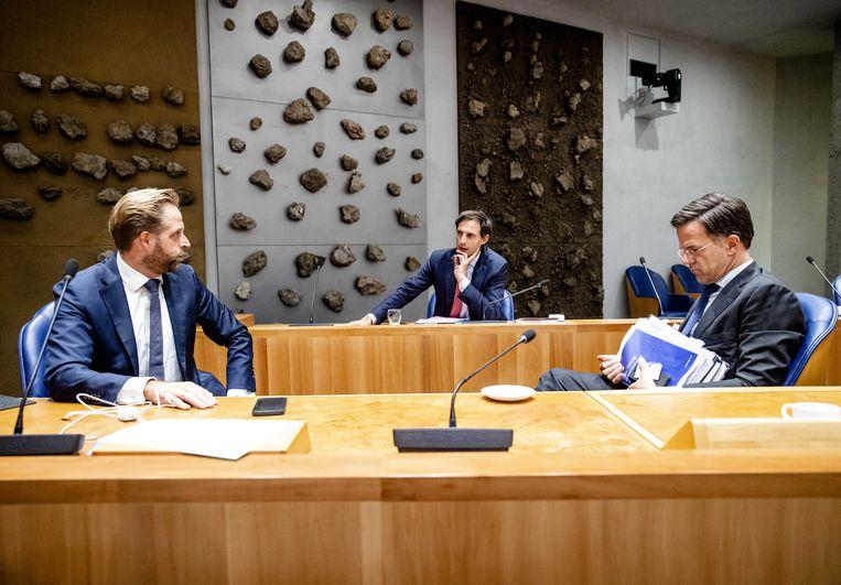 Demissionair minister Hugo de Jonge (Volksgezondheid, Welzijn en Sport), demissionair minister Wopke Hoekstra (Financien) en demissionair premier Mark Rutte na afloop van de eerste dag van de Algemene Politieke Beschouwingen. Beeld ANP