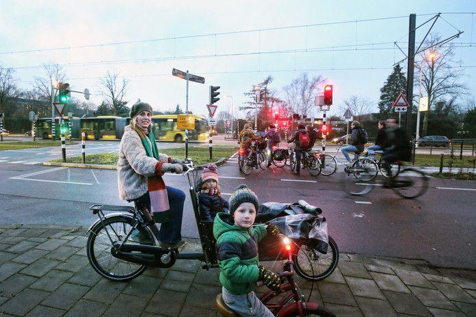 Kristy Spruijt kan met haar kinderen niet veilig oversteken. Noodgedwongen fietst ze door rood, wat volgens haar veiliger is.