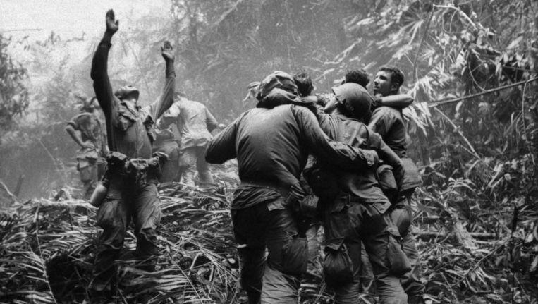 Amerikaanse soldaten in Vietnam maken zich op om geëvacueerd te worden. De iconische foto van het lijden van Amerikaanse soldaten in de Vietnam-oorlog, werd gemaakt in 1968 door Art Greenspon. Beeld AP