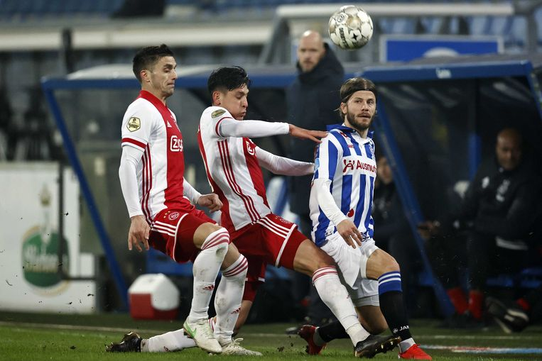 Ajacieden Dusan Tadic of Ajax en Edson Alvarez stoppen Lasse Schöne van sc Heerenveen af in de halve finale van de beker. Beeld ANP