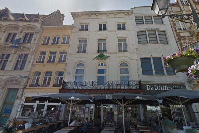 Het Anker gaat De Met op de Grote Markt uitbaten. Ook in het Ankercafé (links) plant de brouwerij een nieuwe zaak.