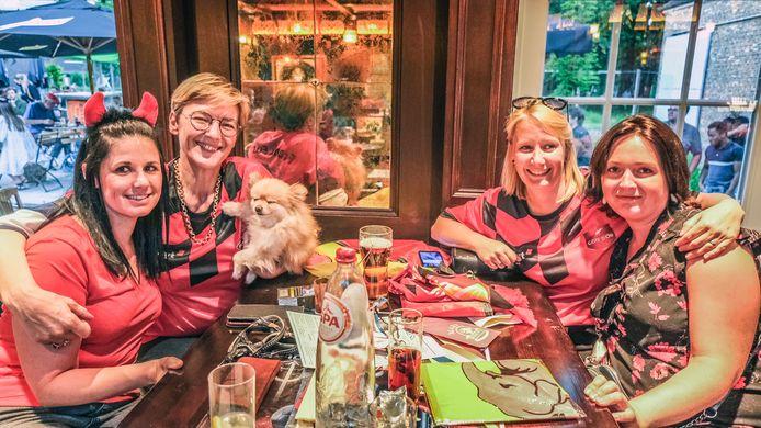 """Tiffany Deschuymere, Ann-Roos Callens, Evy Steyt en Ann-Sofie Baert supporteren ook het liefst samen. """"Met mascotte Chanelle erbij, het hondje van Ann-Roos is dat- kan het al niet meer misgaan."""""""