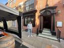 Brad Levy (27) voor The Bay Horse Tavern aan Thomas Street. Sinds vrijdag werkt de 27-jarige barman aan één stuk door om de Victoriaanse kroeg in het hart van het Northern Quarter in Manchester op tijd gereed te maken. Maandag om klokslag 12.00 uur 's middags gaan de deuren open.
