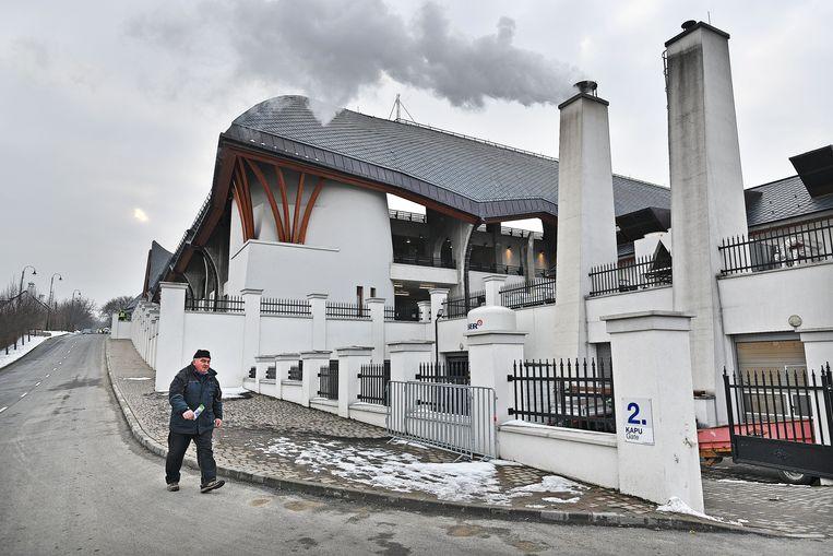 ► Dorpsgenoot Pál Szöllöfi, voor het stadion dat Orbán liet bouwen, herinnert de Hongaarse premier vooral als een 'snertkind'. Beeld