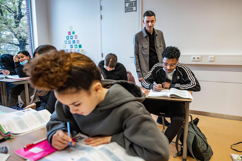 Naoufal Akhatab, voorzitter van de studentenraad van het Zadkine, op de middelbare school in Capelle aan den IJssel waar hij stage loopt.  Beeld Guus Dubbelman / de Volkskrant